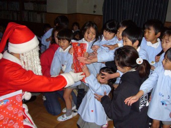サンタさんの登場に大興奮!