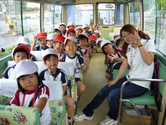 幼稚園バスに添乗中!