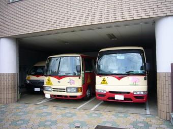 大小3台のバスがあります