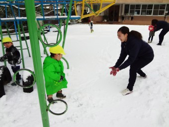 2才児さんも雪合戦してます!