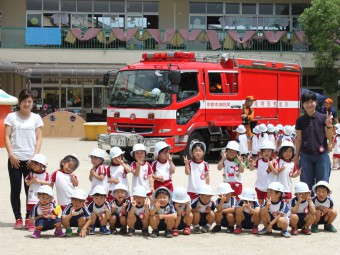 消防車をバックに記念撮影