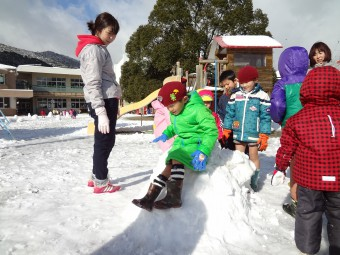 雪のすべり台も作りました