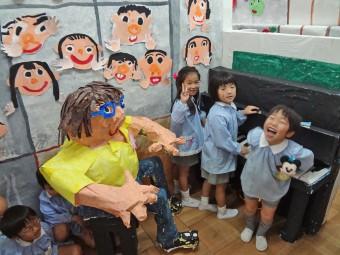 こちらは教室の中でピアノを弾いてます!