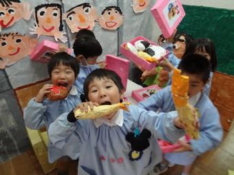 ばら組の教室で給食食べてま~す!