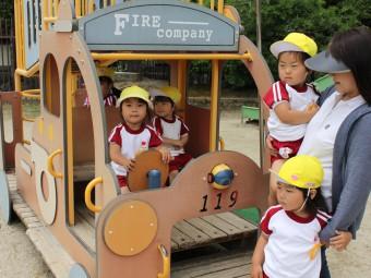 消防車の遊具で遊んでます