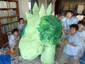 ステゴサウルスをぬりぬり…