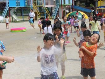 暑いのでまずは水遊び!