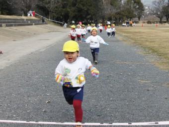 たんぽぽちゃん(2才児さん)も走ります!